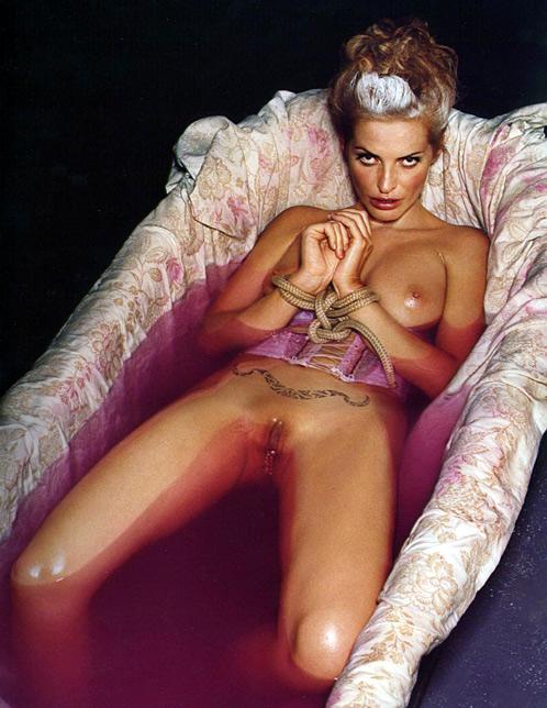 месте ждала жены олигархов самые эротические фото женщина стоит
